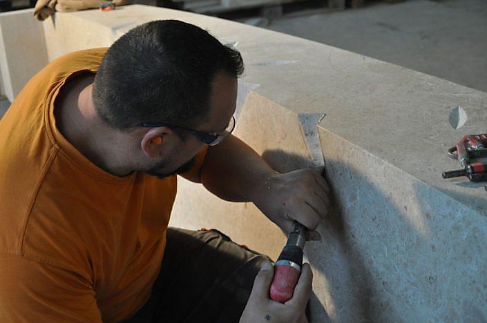 Kreuz Auersthal - Steinmetz in der Werkstatt