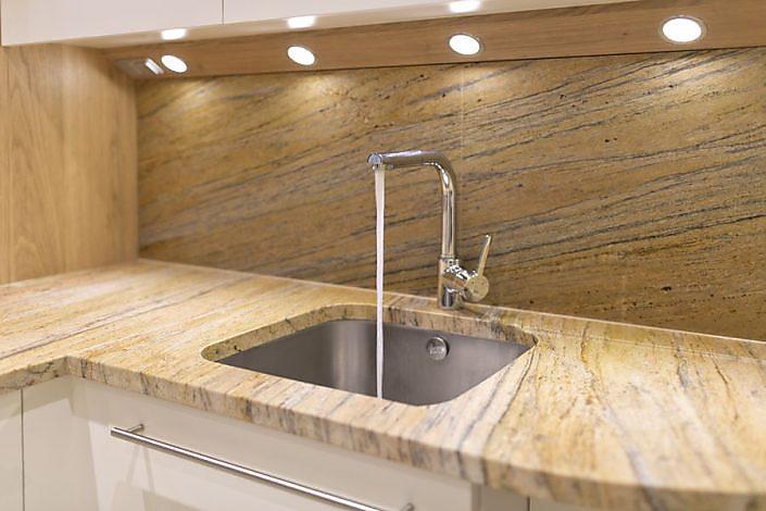 Küchenarbeitsplatte und Rückwand Naturstein