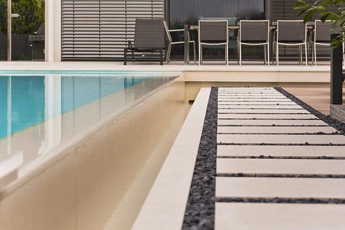 Poolumrandung und Natursteinplatten