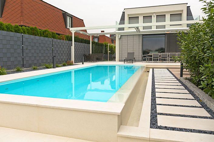 Poolumrandung und Terrasse aus Naturstein