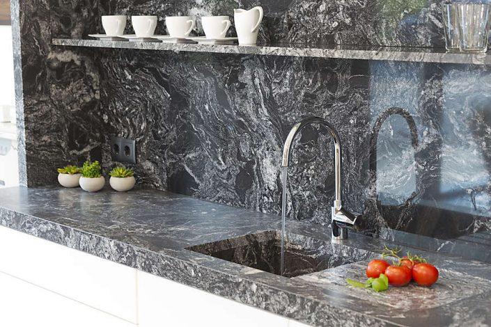 Küchenarbeitsplatte und Rückwand aus Stein