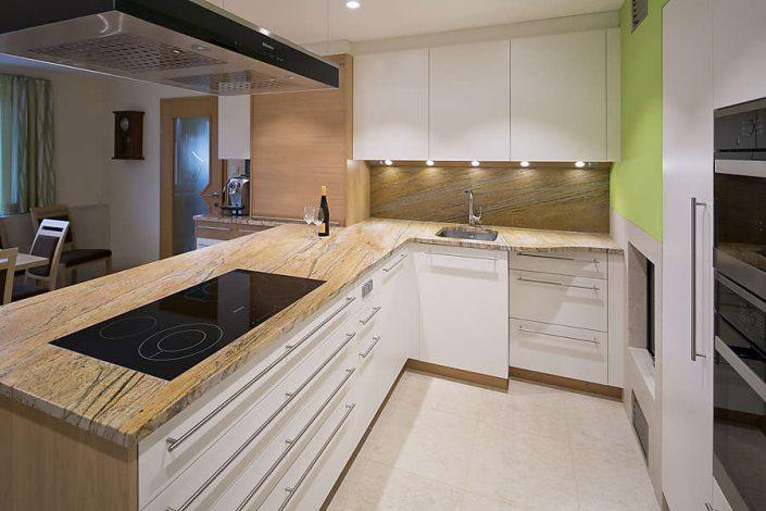 Küchenarbeitsplatte und Rückwand aus Naturstein