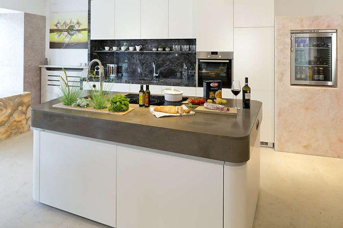 Küchenarbeitsplatte aus Naturstein in unserem Schauraum