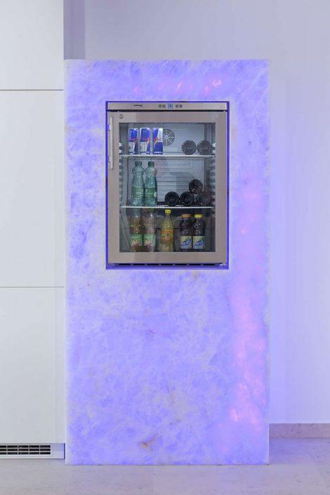 beleuchtete Wandverkleidung Kühlschrank aus Stein