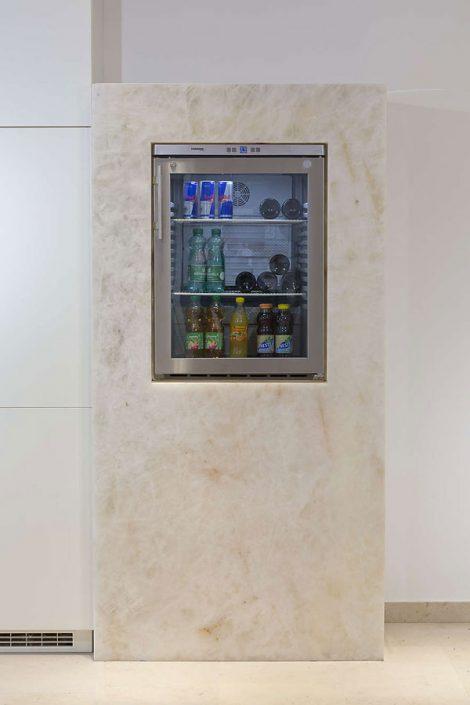 Wandverkleidung Kühlschrank aus Stein
