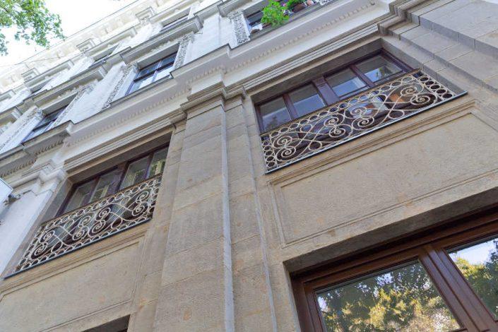 unauffällige Ergänzungen an der Fassade